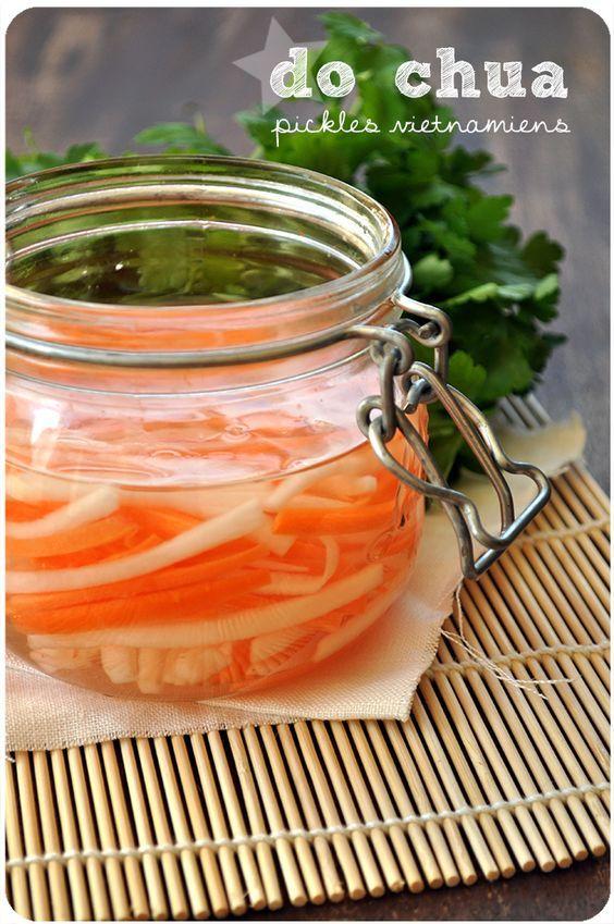 Je vous avais parlé de mes premiers essais avec le daikon l'autre jour, en version chaude, et bien voici une autre façon de le préparer! Du daikon et des carottes marinés pendant quelques jours dans du vinaigre et du sucre, cela donne des petits légumes...