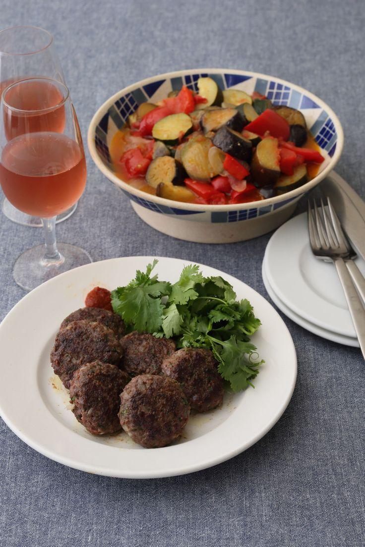 南フランスの夏野菜のトマト煮込み。温かくても、冷たくもおいしい作り置きできる定番料理。おいしく作るためにはコツがいくつか。野菜をそれぞれしっかり炒め、塩をふりながら、オイル蒸ししてから、煮ることなど。