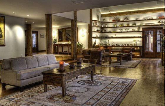 Bruce Willis diminui preço pela metade e pede R$ 20 milhões por mansão nos EUA. Sala é dividida em duas partes e tem grande área.