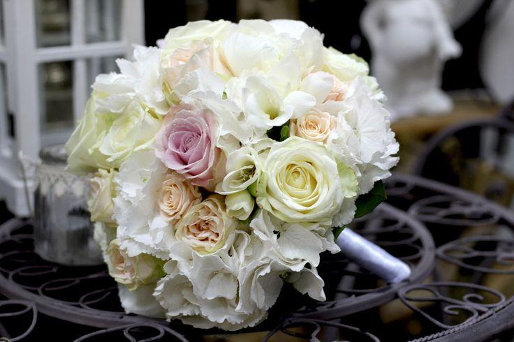 Bielo-ružová svadobná kytica z pivoniek a hortenzií