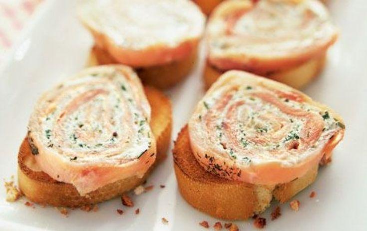 Lakserulle på Blinis eller brød