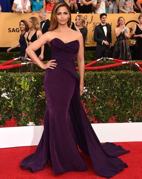 Camila Alves eligió un vestido capa con cuerpo armada y falda de línea sirena, firmado porDonna Karan Atelier.