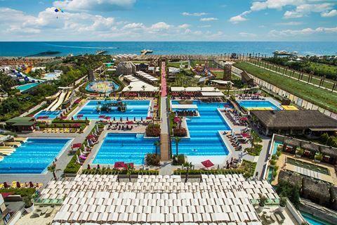 Aska Lara Resort&Spa  Description: Ligging: Het Aska Lara Resort & Spa heeft een eigen privé zandstrand. Het privéstrand en het Aquapark is gelegen op ca. 350 meter afstand (gescheiden door een weg). Er gaat een gratis shuttleservice naar het strand. Het centrum van Lara ligt op ca. 6 kilometer en het centrum van Antalya bevindt zich op ca. 12 kilometer. Op ca. 500 meter vindt u diverse gezellige restaurants en bars. Faciliteiten: Aska Lara Resort & Spa telt 545 kamers verdeeld over 1…