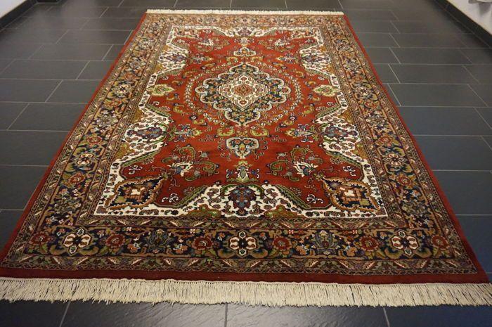 Mooie handgeweven Oosterse tapijt Qom met medaillon - 210 x 300cm - gemaakt in India - zeer goede staat  Wordt aangeboden een handgeknoopte Perzische oosters tapijt. Deze tapijten worden vervaardigd in gerenommeerde knopen gebieden.Kijk op het tapijt met geduld en aandacht. Elk handgemaakttapijt is uniek in zijn ontwerp de schoonheid en de harmonie van kleuren en is daaromeen kunstwerk op zichProvincie: Indo QomGemaakt in IndiaHighland wol rond 1990Ca. 300.000 knopen per vierkante meterHet…