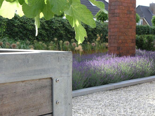 Grind, baksteen, hout en zink. Mooie basic tuin materialen in deze onderhoudsvriendelijke en sfeervolle moderne senioren tuin. Ontwerp van Locus Flevum.