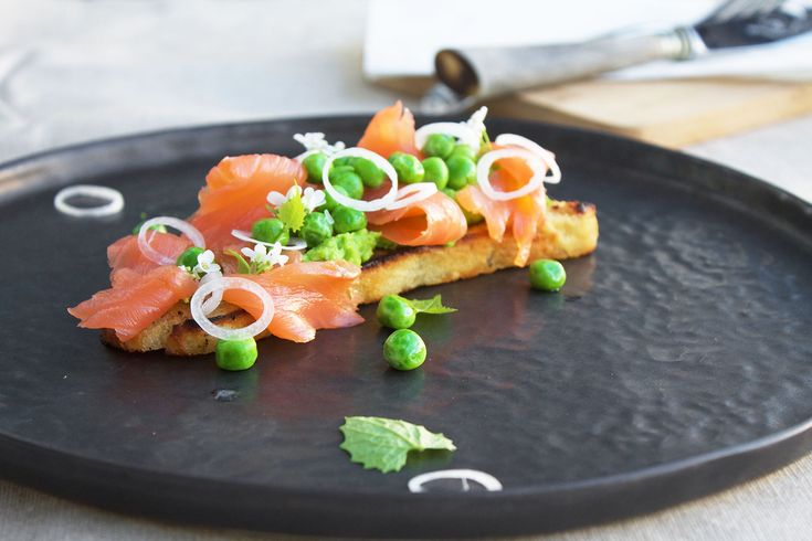 Sprøde forårstoast med ærtepure og røget laks // Crispy toast with salmon and peas