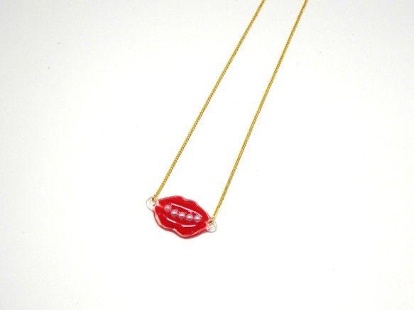 リップの形のユニークなネックレス!リップの中はストーンとパールの2種類からお選び頂けます。お揃いのピアス/イヤリングもございますのでぜひご覧ください!大きさ:...|ハンドメイド、手作り、手仕事品の通販・販売・購入ならCreema。