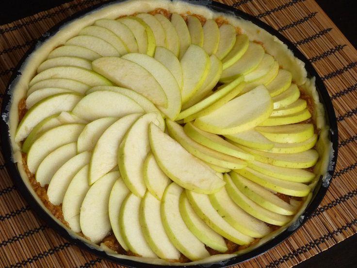Asa cum am promis, am revenit cu reteta minunatei tarte cu mere. Pe langa aluatul facut dupa reteta lui Mazi, am folosit urmatoarele ingrediente: 5-6 mere, rase 100 g zahar (eu am folosit amestec d…