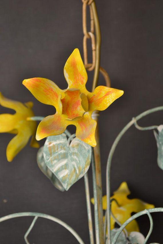 Vintage toleware kroonluchter met gele bloemen door LievreVintage