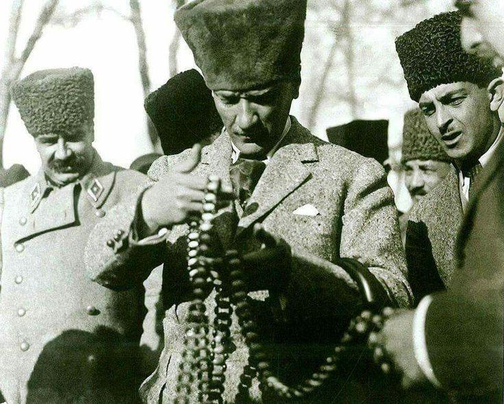 Mustafa Kemal Paşa Eskişehir taşından yapılan ürünleri incelerken. 19 Şubat 1923, Eskişehir