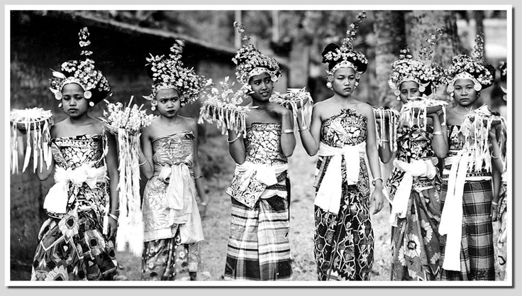 Offering at a temple festival, 1930 Bali