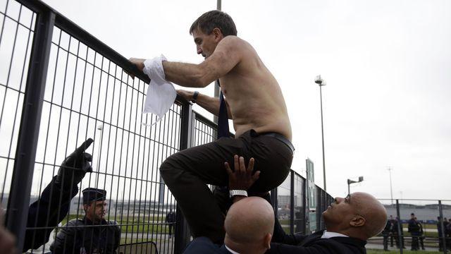 Les images de deux dirigeants d'Air France aux chemises déchirées, dont le DRH Xavier Broseta escaladant un grillage, lors d'incidents survenus en marge d'un comité central d'entreprise le 5 octobre 2015 à Roissy, avaient fait le tour du monde