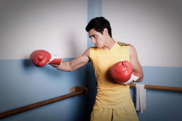 "Alejandro Speitzer en el ""Photoshoot Olímpico"" para Quién, caracterizado como un boxeador. #AlejandroSpeitzer #AlexSpeitzer #actor #photoshoot #shooting #Quien #Olimpiadas #box #boxeador #Mexico #Quien #2012"