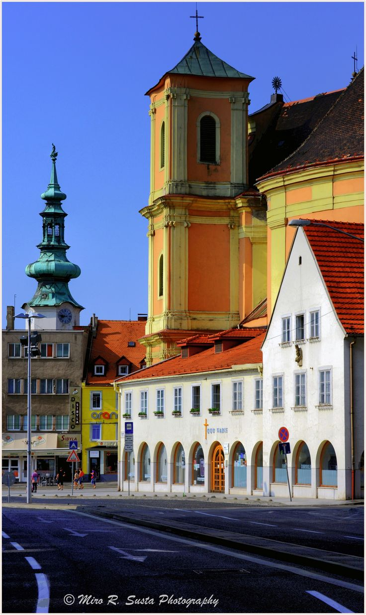 De Bratislava's County House n de old Trinity Church. In 1844 this 17th century building, formerly a Trinitarian monastery, was rebuilt n became County House. Trinity Church is Baroque-style church located in Bratislava's old town. In de background is de famous Micheal's Tower. Bratislava, Bratislavsky_ West Slovakia