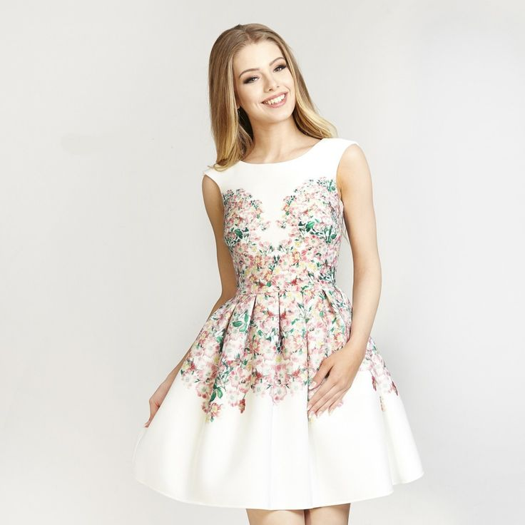 Společenské šaty s květy Betty M Garden Dokonalý kousek nejen pro mladé dámy, ale i všechny majitelky štíhlých nohou a úzkých pasů. Nádherné šaty vhodné pro družičky či svědkyně na svatby, na zahradní párty, na dovolenou, na večírek s kamarádkami. Bílý podklad s potiskem drobných květů, sukně nabraná v pravidelných skladech díky materiálu skvěle drží tvar. Boční kapsy, zapínání na zip v zadní části, podšívka. Trendy materiál, lehce pružný (97% polyester, 3% elastan). Doporučujeme ruční…