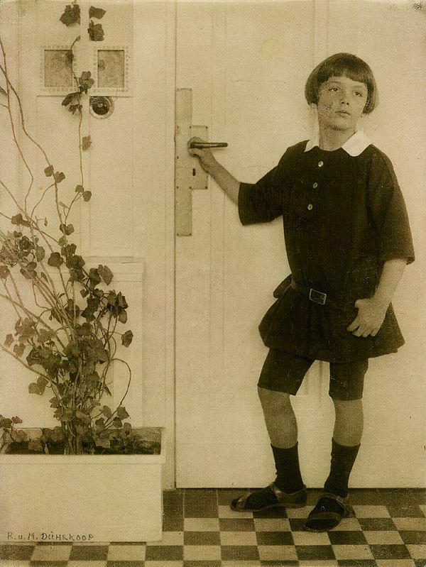 Dührkoop, Miniya ca.1906 Dührkoop, Rudolf  Portrett, gutt i døråpning. 21,4 x 16 cm Platinatrykk  NMFF.000546