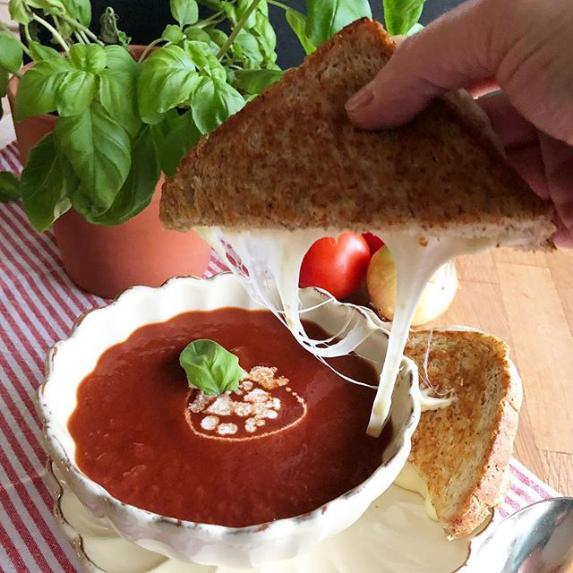 Ekelwetter erfordert Wohlfühl-Essen: Tomatensuppe aus dem Slowcooker mit Grilled Cheese 🥫🧀🍞 #linkinbio #tomatensuppe #grilledcheese #grilledcheesesandwich #homemadesoup #tomatosoup #käsesandwich #usakulinarisch #langsamkochtbesser #foodblogger_de #ichliebefoodblogs #rezeptebuchcom #f52grams #foodblogliebe #feedfeed #eeeeeats #onmytable #tastemade #foodlicious #foodshot #instafeast #onthetable #beautifulcuisines #heresmyfood