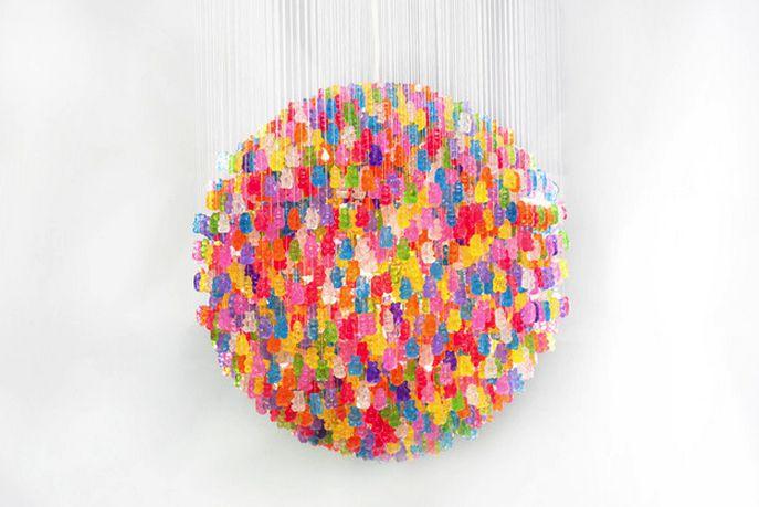 """¿Qué obtenemos si colgamos 500 ositos de gominola? Lo teníamos que compartir con vosotros para demostrar una vez más, que el arte está en todas partes. Kevin Champeny """"The Candelier"""""""