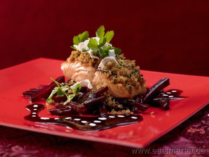 Überbackene Lachsfilets - smarter - mit Meerrettichbröseln und Rote-Bete-Sauce. Kalorien: 540 kcal | Zeit: 45 min. #lunch #rezepte #recipes