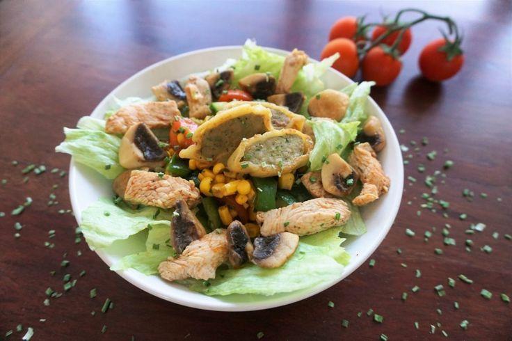 Salat mit Maultaschen und Geflügel: Ein Maultaschen-Essen der anderen Art. Warme Maultaschen, Geflügel und Champignons angerichtet auf einem leckeren gemischten Salat. Ein geschmackvoller Salat, der sich sehr leicht zubereiten lässt.  Das Rezept findest du auf meinem Blog http://ofenliebe-blog.de