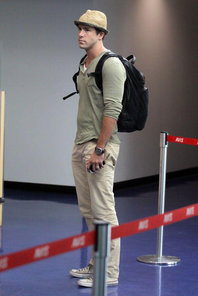 Ryan Reynolds Photo - Ryan Reynolds at Vancouver International Airport