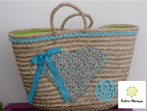 Cesta decorada com coração de tecido floral e forrada por dentro