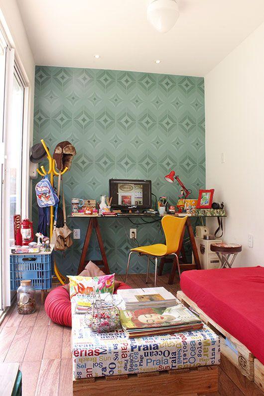 Home-Office do Remobília, com papel de parede da Bobinex