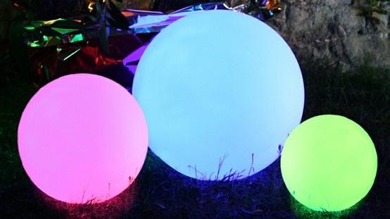 Esfera luminosa con cambio de color (gracias a sus LEDS), y un mando a distancia. Los colores cambian según sus humores y según el ambiente que usted quiera dar. Programas de cambio de color pregrabados, pero  también es posible grabar su propio programa, que controlará  a distancia gracias al mando a distancia.