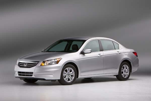 El Honda Accord Sedán 2012 tiene estas medidas y capacidades: 4935mm de largo, 1845mm de ancho sin espejos, 1486mm de alto y su tanque de combustible tiene una capacidad de 70 litros.