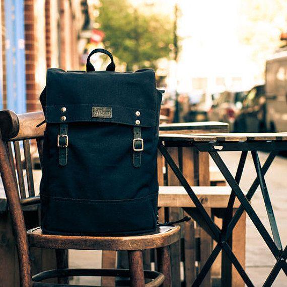 mochila de lona preta