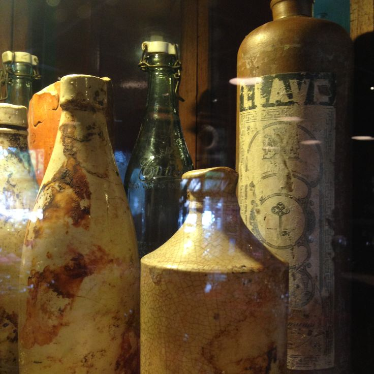 Botellas antiguas y muy bonitas.