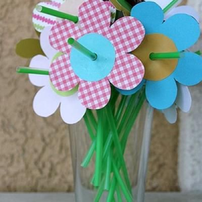 Cute flower party straws. @Rachel R Blankenship - we could totally do something like this for the girls...we could do magic golden flowers (you know, since the queen drank the flower juice stuff)...