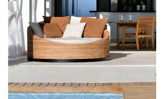Les presentamos un fantástico sofá para jardín. Podrá descansar comodamente en él, mientras disfruta tomando un refresco o leyendo un libro. Además con su moderno diseño será la envidia de todos sus amigos.