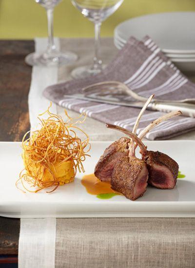 Chuletas de cordero encostradas en semillas de ahuyama. Un secreto de esta receta es cocinar a fuego intenso pero por corto tiempo la carne de cordero para que su parte externa quede crocante y el interior, jugoso y tierno. Sírvalas a término medio.