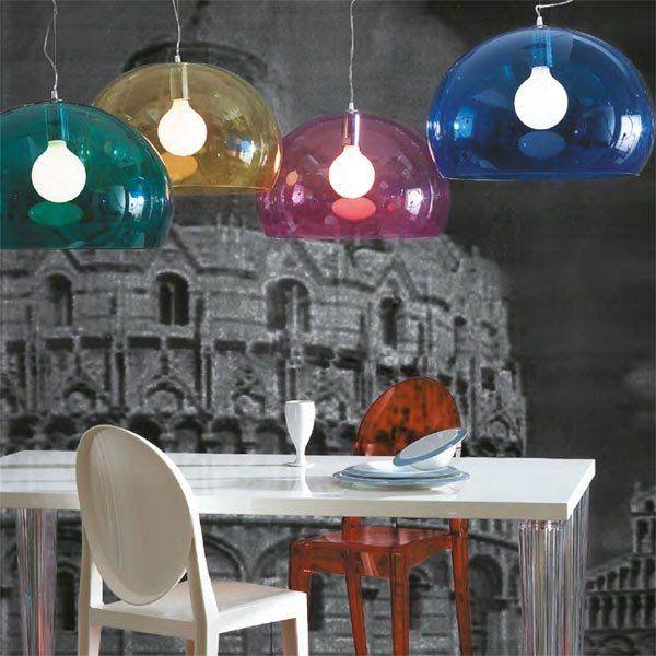De Kartell Fly hanglamp heeft een bijzonder design. Dit komt door de transparante kap, die doet denken aan een zwevende zeepbel. Deze lamp maakt de eethoek, de hal of de slaapkamer compleet. Combineer meerdere Fly lampen voor een bijzonder effect.