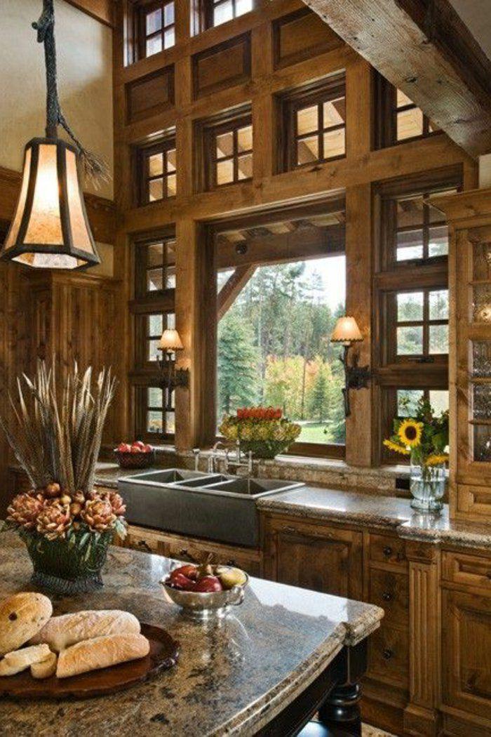 cuisine de style rustique, meubles en bois, lustre en fer, lampe dans le salon en bois massif