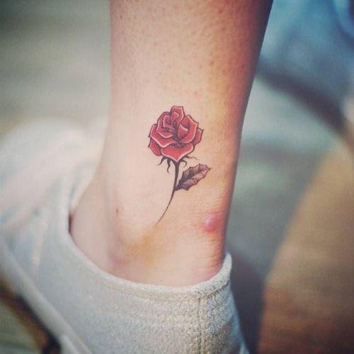 Tatuaje de una rosa roja situado en el exterior del tobillo...