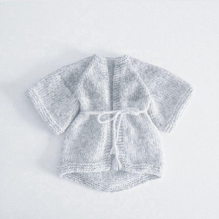 Strikkeopskrift på halvlang kimono der er længere i bag og med 3 / 4 ærmer. Kan strikkes både i ensfarvet eller med color - block effekt. Str :1 /...