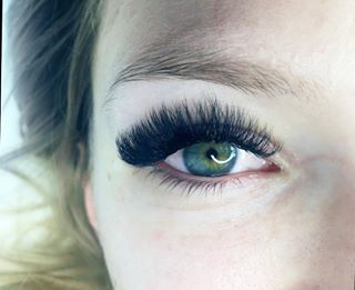 fd07afd333d Using @merakilashes in 8mm-14mm D and D+! Can't get over the darkness of  these lashes! #eyelashextensions #eyelashes #ruvol #russianvolume ...