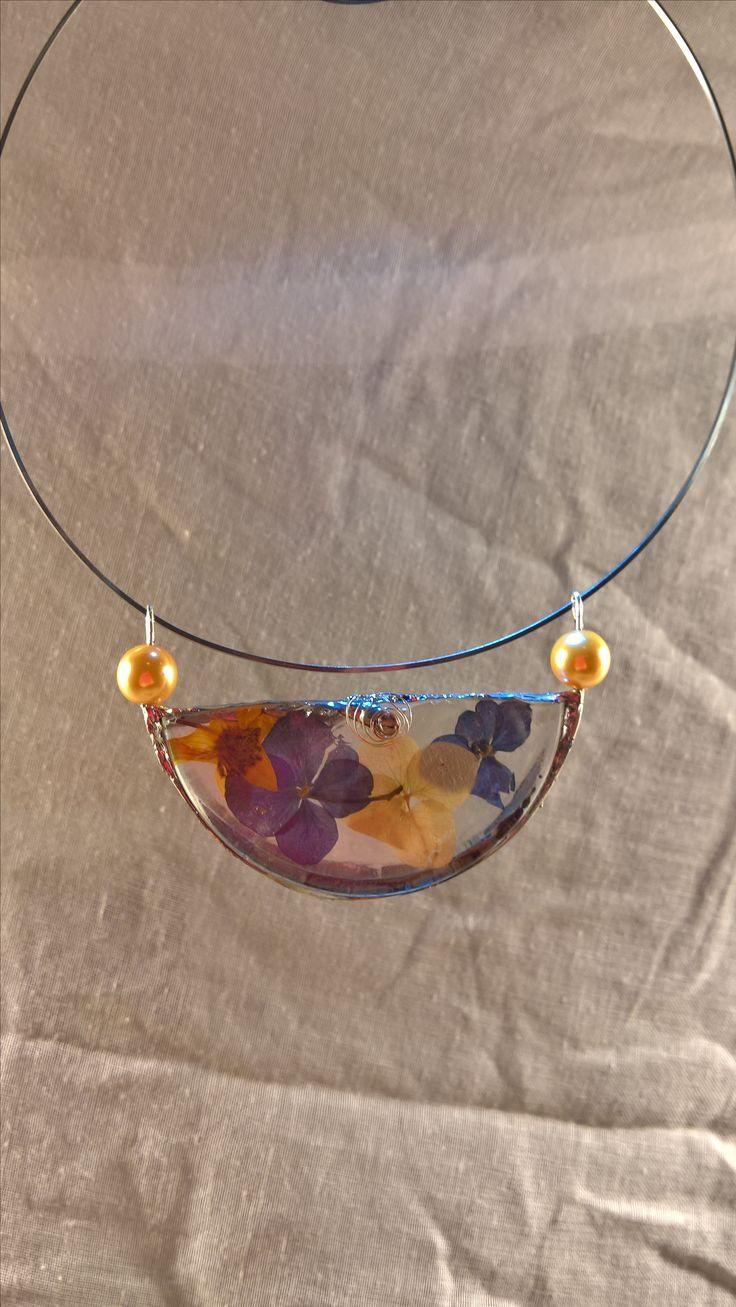 """Tento šperk je vyrobený pro úžasnou 85letou dámu,která nezanevřela na život. Je vyrobený ze skleničky na červené víno a květů hortenzie.Připomíná radostné chvilky,plné slunce a pohody při posezení s přáteli v krásné zahradě restaurace """"Pod Šibeňákem""""ve Strmilově."""