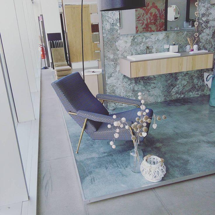 Avete mai valutato l'idea di una stanza da bagno nei toni dell'azzurro? Garavaglia Showroom in questo caso ha scelto la nostra collezione Sense by Aqua nella sua finitura in legno di Teak Sabbiato Naturale, creando così un gioco di colori in nuance soft e pastello.