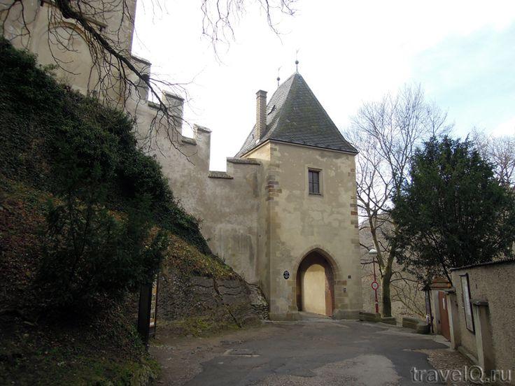 Осмотр только с экскурсией.В замке проводится 3 экскурсии  2013 года):1\Личные покои Карла IV, исторические интерьеры Императорского дворца и Марианской башни (все месяцы). С экскурсией 270 CZK 2\Самые ценные интерьеры замка, включая Часовню Святого Креста (май-ноябрь). С экскурсией по предварительному бронированию, 300 CZK 3\ вид с Большой башни (май-сентябрь). Посещение группами по 20 человек, 120 CZKПлатные экстерьеры за третьими воротами. Беспл с любой экскурсией, отдельно 40 CZK.