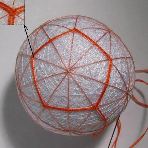 Вышиваем по два ряда св.-оранжевой нитью вокруг пятиугольников разметки. В точках пересечения пятиугольники нужно переплести, как показано на маленьком рисунке.