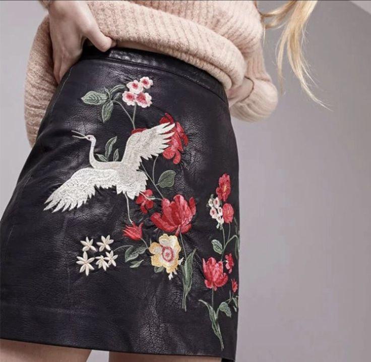 Falda de cuero bordada, disponible en talla S y M