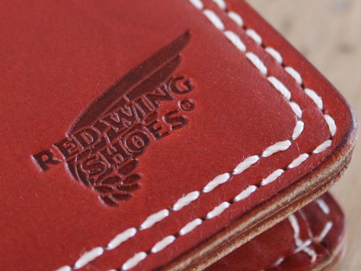 世界中で愛用されている老舗ブランド、ブーツでもおなじみRED WING。 拘り抜いた革製品で丈夫な財布を実現しました。RED WING社から供給されたブーツに使われているレザーだけあって、高い柔軟性と防水性があり、細部に至るまで丁寧な加工が施されていますのでブーツ同様に、使い込むほどエイジングする素材の良さとボリューム感のある手触りの良さ、長く愛用していただける品質とグレード感が特徴です。レッドウイングのブーツと同じフルグレインオイルタンドレザーを使用しています。 使い込めば使い込むほど、手入れをすればするほど、独特の光沢と風合いが出てきます。