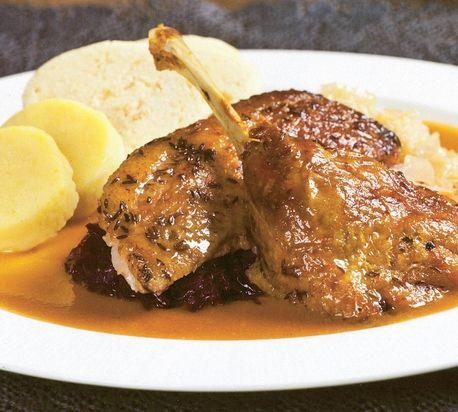 Pečená kačka so zemiakovými knedľami a s kapustou