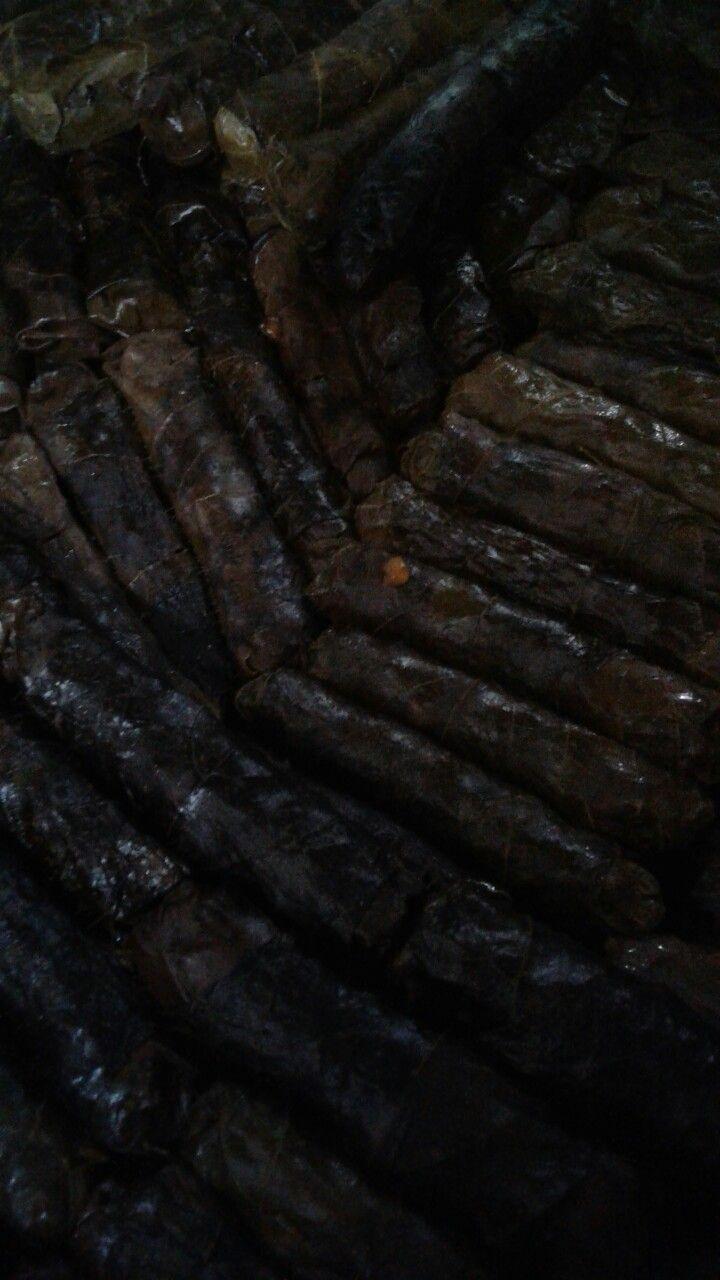 BULGURLU SARMA 1 su bardagi bulgur 1 tatli kasigi biber salcasi 1 tatli kasigi domates salcasi 1 tatli kasigi tuz 1 sogan 6 dis sarimsak 100 gr kiyma  1 yemek kasigi nar eksisi 1 tatli kasigi sumak 1 er cay kasigi kimyon, pul biber, karabiber 1 cay bardagi zeytin yag 1/2 maydanoz ---Hazirlanisi--- Sogani sarimsagi kavur. Salcayi baharati ekle. Bulguru ve maydanozu  koy. 1 su bardagi su ekle. Kapat. Suyunu cekince sarmayi sar. 2 su bardagi su ekle 20-30 dakika pisir. Altini kapat demini…