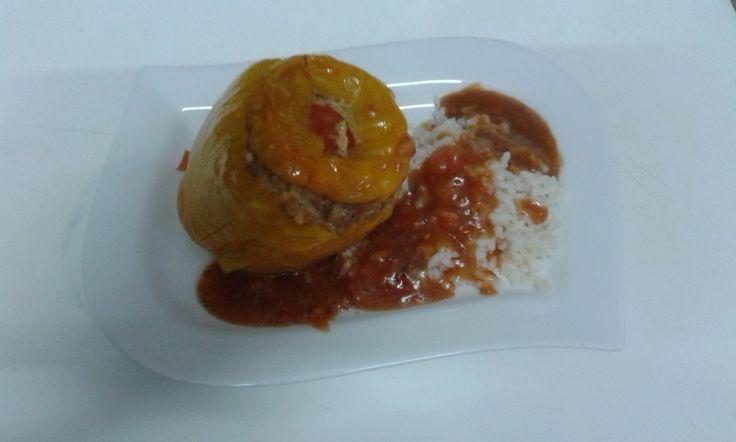 MIcrowellen Paprika gefüllt.  1 Stück Paprikaschote  1 Stück Bratwurst roh  1 Stück Schalotten (gewürfelt)  1 Stück Tomate in Scheiben geschnitten  1 Zehe Knoblauchzehe (durchgepresst)  1 EL, geh. Haferflocken (kernige)  1 Stück Hühnerei  3 EL Olivenoel  evtl. etwas Semmelbrösel bei Bedarf Salz und Pfeffer .In einen microwellen Behälter Rapsöl geben, den Boden mit ein oder zwei Tomatenscheiben belegen die Paprikaschote darauf setzen.   Den Behälter verschließen und etwa 8 - 10 Minuten garen.
