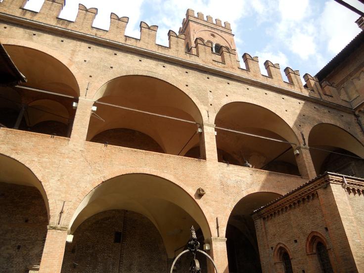 #invasionidigitali #tourdelletorri corte interna di palazzo Re Enzo con la torre Arengo
