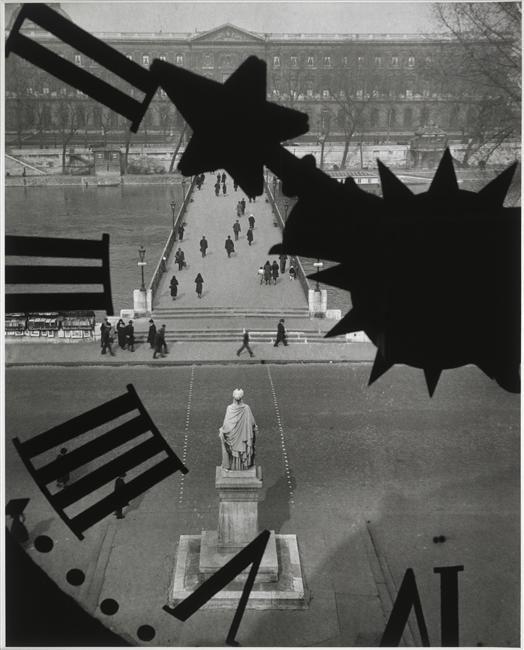 André Kertesz, Le Pont des Arts vu à travers l'horloge de l'Institut de France, Paris, 1929-1932. Tirage argentique postérieur, tampon sec sous l'image. 27 x 21,1 cm